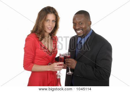 Casal romântico comemorando com vinho 9