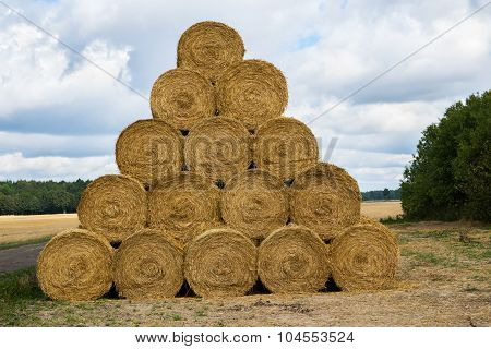 pile of cylinder haystacks 4
