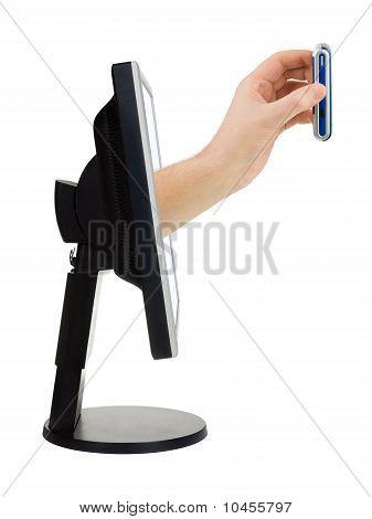 Pantalla de la computadora y de la mano con teléfono