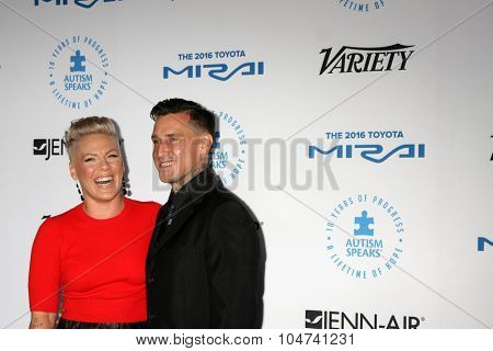 LOS ANGELES - OCT 8:  Pink, Carey Hart at the Autism Speaks Celebrity Chef Gala at the Barker Hanger on October 8, 2015 in Santa Monica, CA