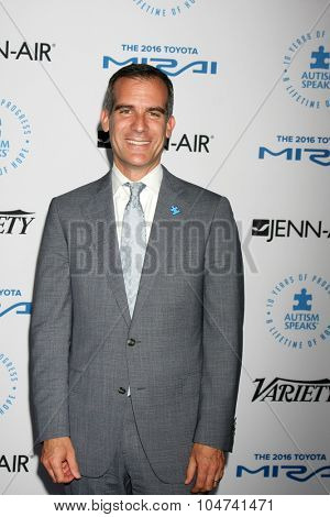 LOS ANGELES - OCT 8:  Los Angeles Mayor Eric Garcetti at the Autism Speaks Celebrity Chef Gala at the Barker Hanger on October 8, 2015 in Santa Monica, CA