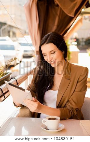 Young Woman Holding  Digitale Tablet In Cafe
