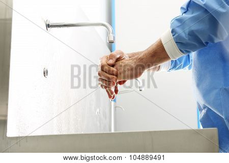 The doctor washes his hands.