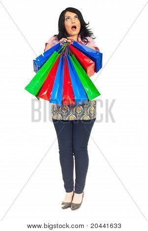 Comprimento total da mulher espantado com sacos