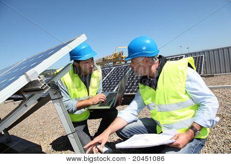 Comprobación de funcionamiento los paneles solares de ingenieros