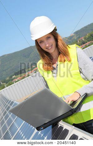 Ingeniero de la mujer en sitio de paneles solares