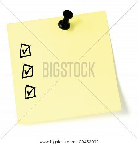 Gelben Aufkleber-Checkliste, schwarze Kontrollkästchen und Teilstriche, Heftzwecke Pin isoliert