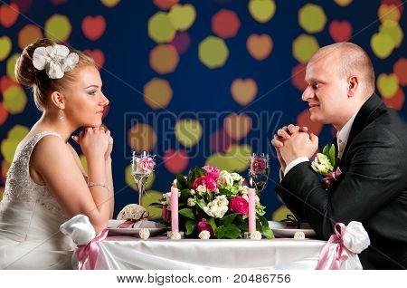 Braut und Bräutigam im café