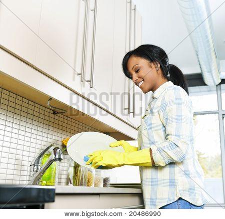 Junge Frau waschen Gerichte