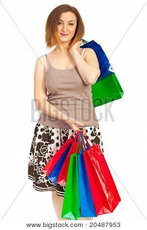 Mulher de conteúdo com sacos de compras
