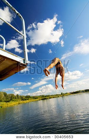 Junger Mann in einen See springen