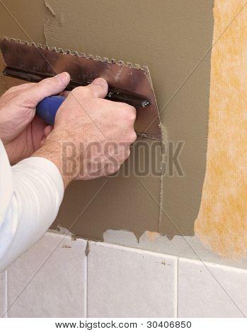 Hände auf maurerkelle Mörtel für keramische Fliese Installation Verbreitung