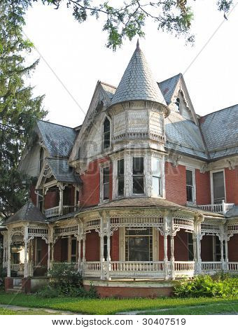 "Dilapidated Victorian house appears ""haunted"""