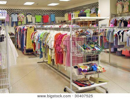 Innenraum eines hellen, sauberen Thrift Shops