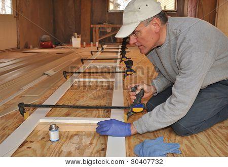 Carpintero de ajustar la abrazadera de montaje de moldura exterior
