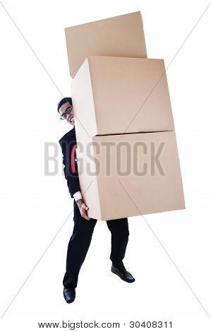 Empresario llevando pesadas cajas
