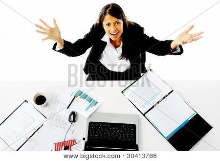 Empresaria se tensiona y pide ayuda con un gesto de brazos hacia la cámara. helplessn