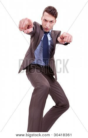 wütend Geschäftsmann zeigen isoliert auf weißem Hintergrund, von unten anzeigen