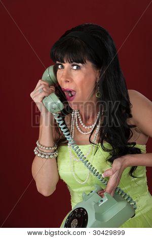 Señora emocionada en teléfono