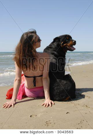 Frau am Strand-Withe ihr Rottweiler