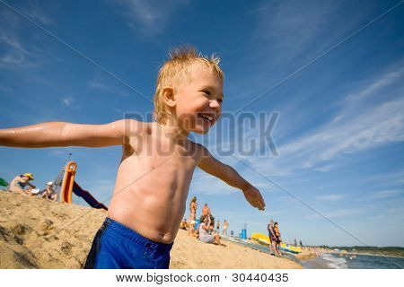 Beach.Summer.The niño rápidamente se rasga en el mar. Al niño de 4 años.