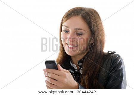 schöne Mädchen in schwarzem Lederjacke und ein Handy in der Hand.