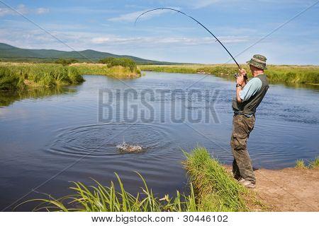 Pescador captura de salmão (salmão rosa) da boca do Rio.