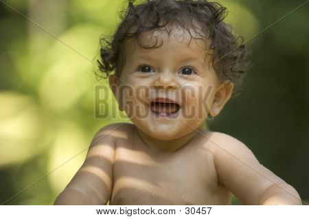 Kleinkind im Garten 2