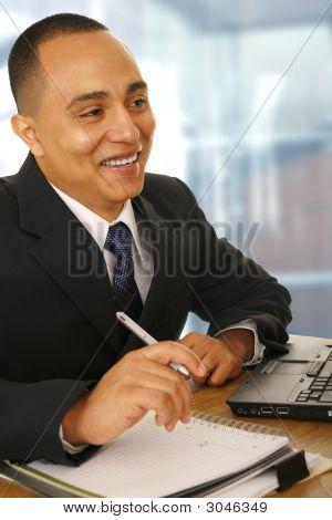Hombre de negocios feliz trabajando