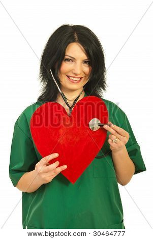 Mulher do médico examinar a forma do coração