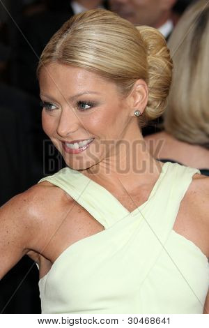 LOS ANGELES - FEB 26:  Kelly Ripa arrives at the 84th Academy Awards at the Hollywood & Highland Center on February 26, 2012 in Los Angeles, CA.