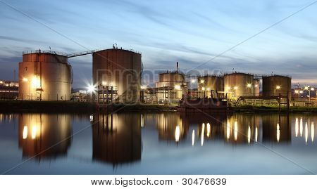 Tanques en una zona industrial
