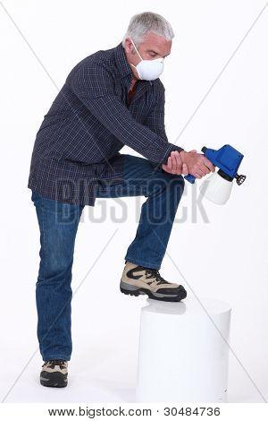 Homem usando uma pistola de pintura