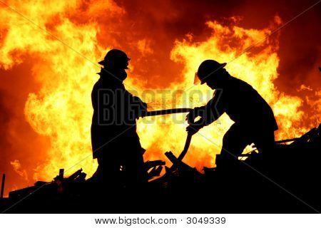 Zwei Feuerwehrleute und Flammen