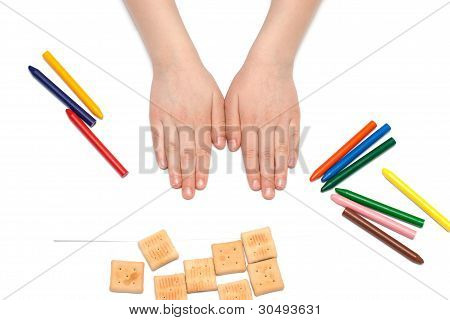 child draws with pencils.
