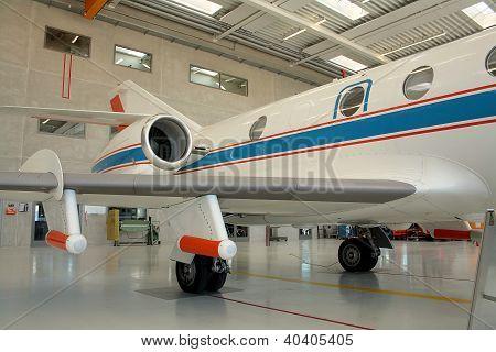 Aeronave de negócio em um Hangar de aeronaves