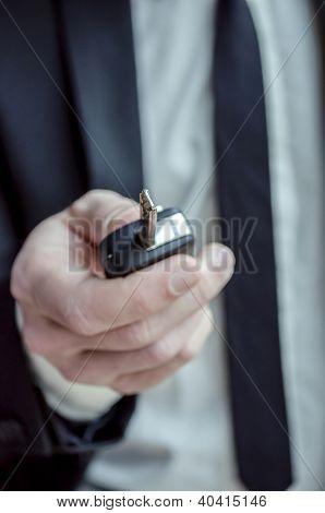 Con una llave de coche