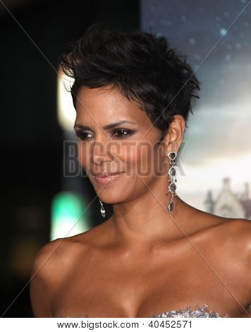 LOS ANGELES - OCT 24:  Halle Berry arriving to