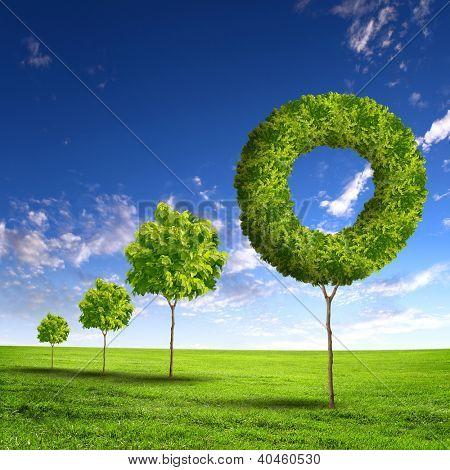 Forma de grama verde contra um céu azul com nuvens