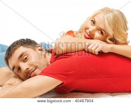 helles Bild der glückliche Paar zu Hause liegen (Schwerpunkt Mann)