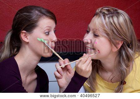 zwei Frauen jedes Other, das Gesicht zu malen