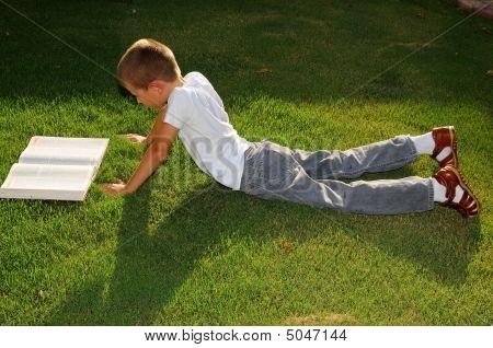 Niño estudiando al aire libre