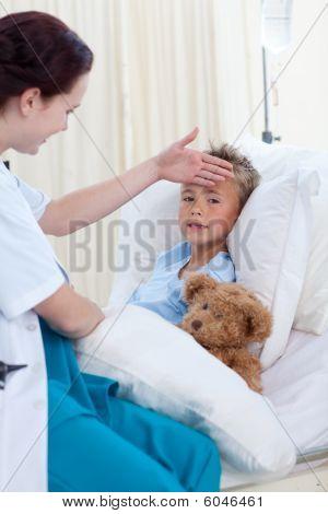 Doctora comprobación temperatura de niño