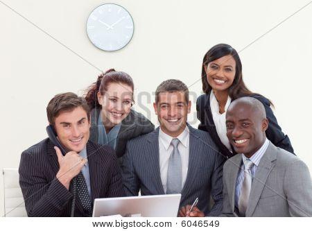 Grupo de pessoas sorrindo em uma reunião de negócios