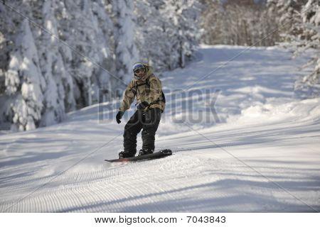 Passeio e salto de Snowboarder freestyle
