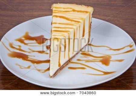 Caramelo rociados de tarta de queso en un plato