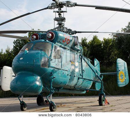 Kämpfer-Hubschrauber unter freiem Himmel
