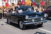 Постер, плакат: Old fashioned car GAZ 21 participates in parade