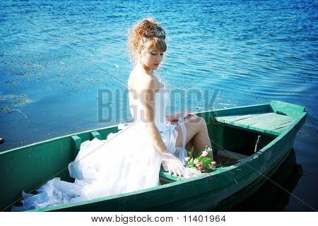 Hermosa novia en el barco