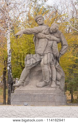 "Sculptural Group ""wounded Commander To Lead The Fight To The Last"" In The Square Of Heroes"